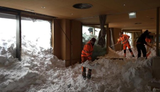 Las fuerzas trabajan en el Schwägalp a través de la nieve, frente al hotel y en el hotel. (Imagen: Urs Bucher)
