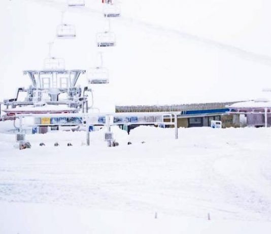 La zona d embarque del telesilla está colgado bajo la nieve