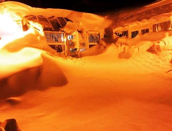 Un edificio de Piau Engaly colgado por la nieve