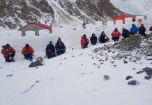Vista de los 30 metros lineales de muro levantado por Txikon en el Campo base del K2