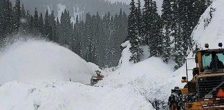 Los operarios retiran la nieve de una de las avalanchas