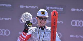 Marcel Hirscher exhibe su Globo de gigante y anunciará en las próximas semanas si sigue compitiendo o cuelga los esquís. FOTO: Toni Grases/@photoset.es