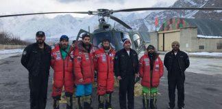 Txikon junto al equipo de rescate de los dos alpinistas