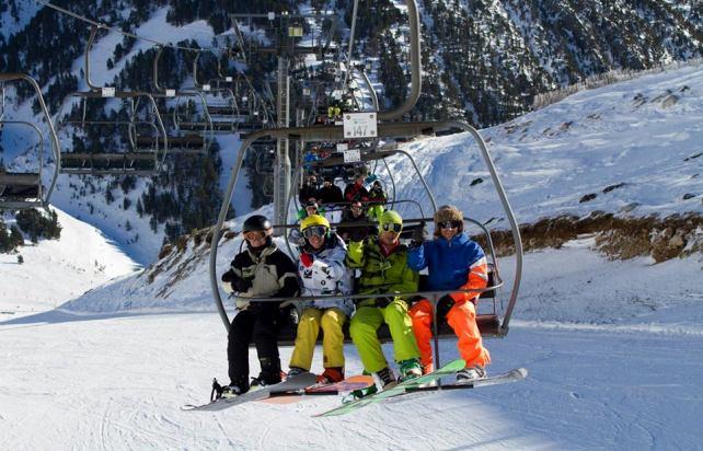 Los gruesos de nieve permiten la práctica del deporte blanco