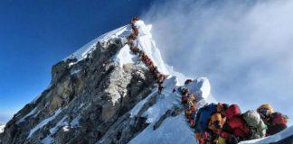 Un reguero de montañeros intenta el acceso a la cumbre del Everest el miércoles