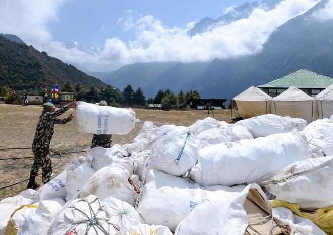 Los sacos de desperdicios del Everest se agolpan sin piedad