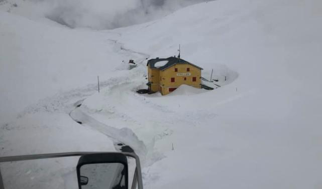 La carretera de Passo Stelvio sigue cerrada por enormes paredes de nieve