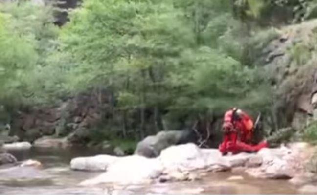 Momento del rescate del senderista en la Senda del Oso