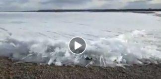 Imagen impactante de la masa de hielo que arrastra hasta la orilla el Lena