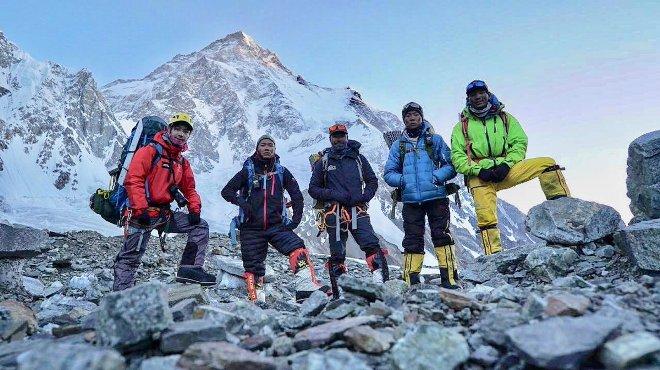 Los cinco alpinistas el pico del K2 esta mañana